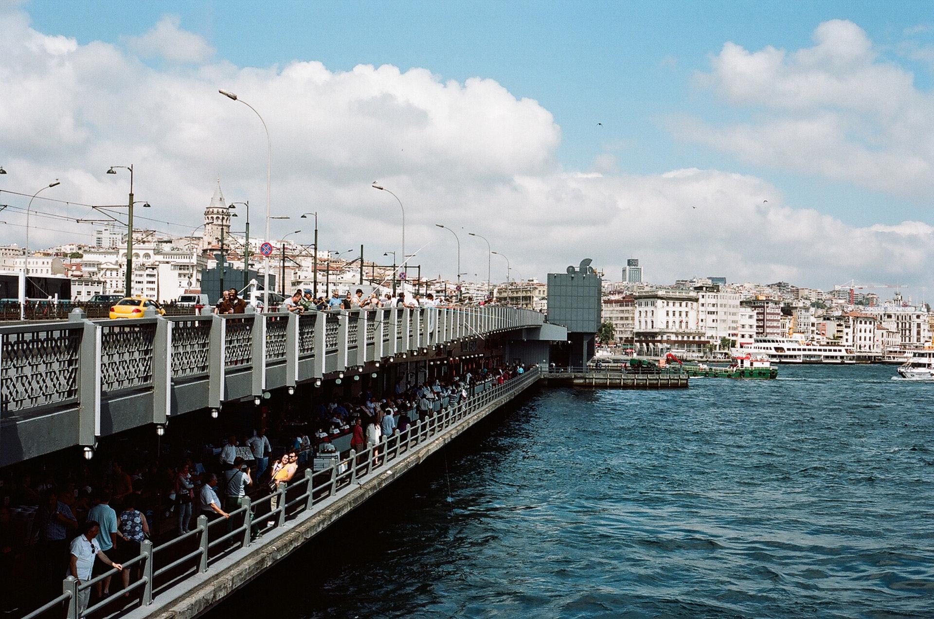 Brücke am Bosporus voller Menschen (Foto: Christian Werner)