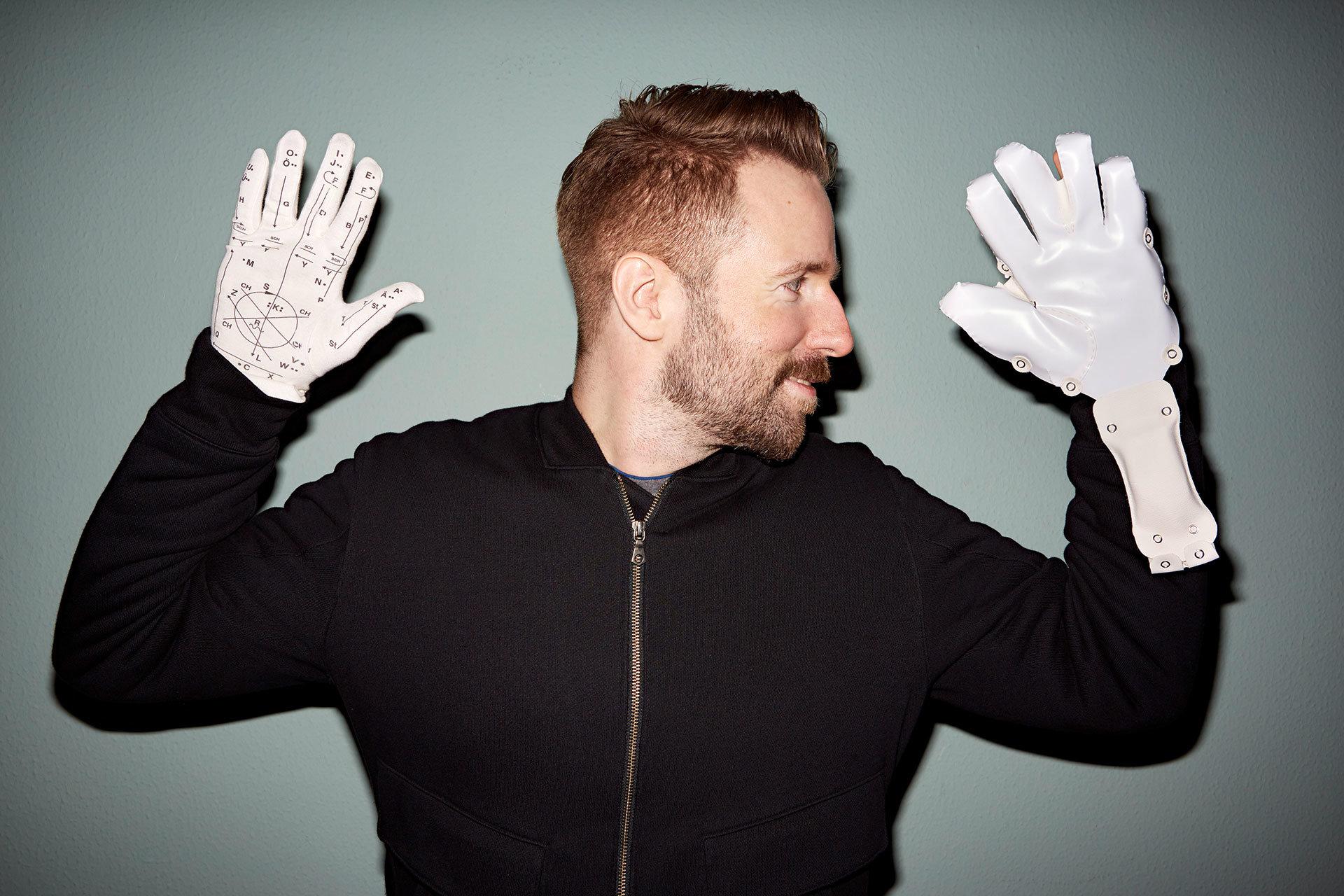 Ein Mann und sein Handschuh: der Designer Tom Bieling hat einen Kommunikationshandschuh für Taubblinde entwickelt