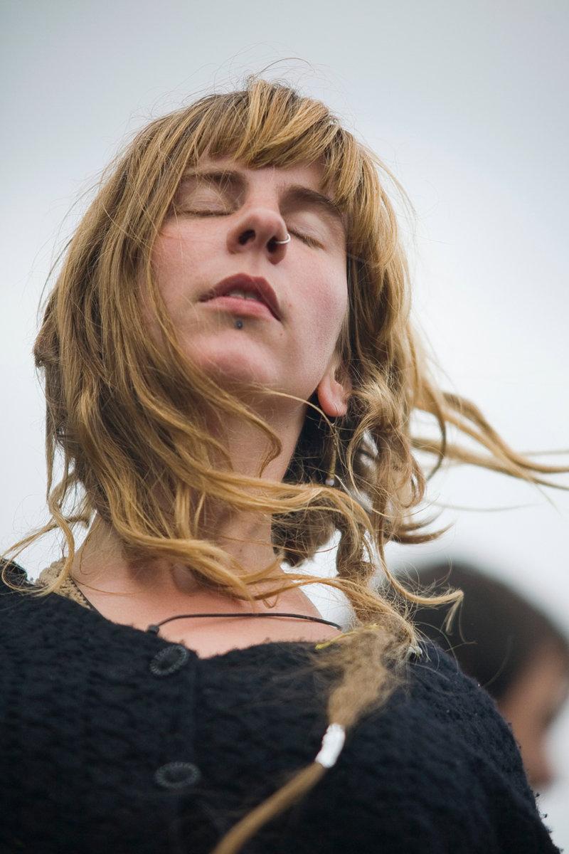 Festivalbesucherin mit geschlossenen Augen
