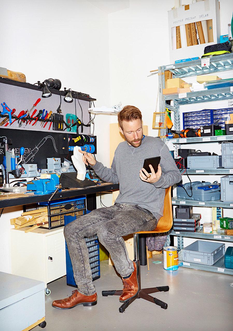 Tom Bieling in seiner Werkstatt für Social Design