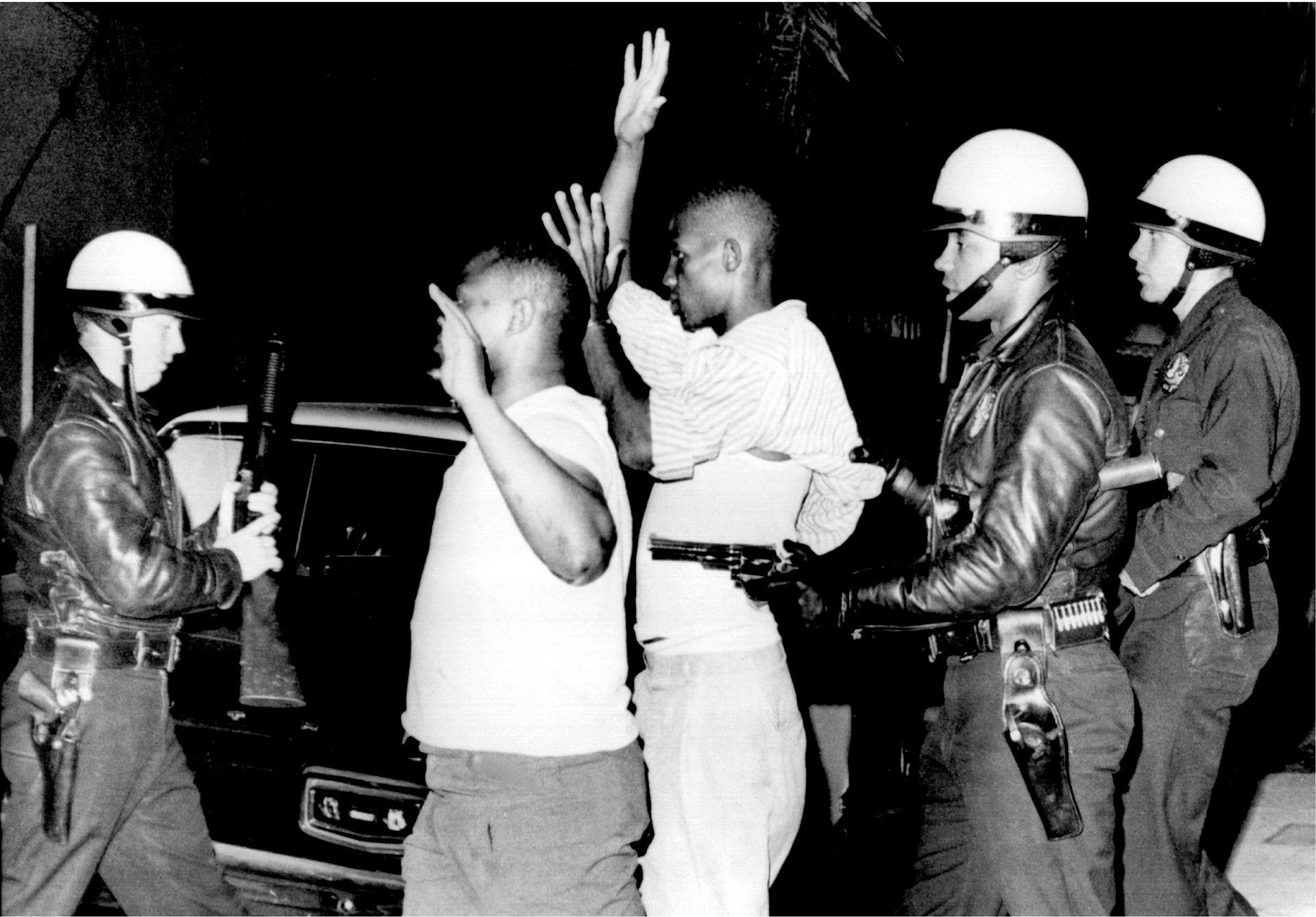 Polizeigewalt ist kein neues Thema. Diese Aufnahme stammt aus dem Jahr 1965 und entstand bei Unruhen in Los Angeles