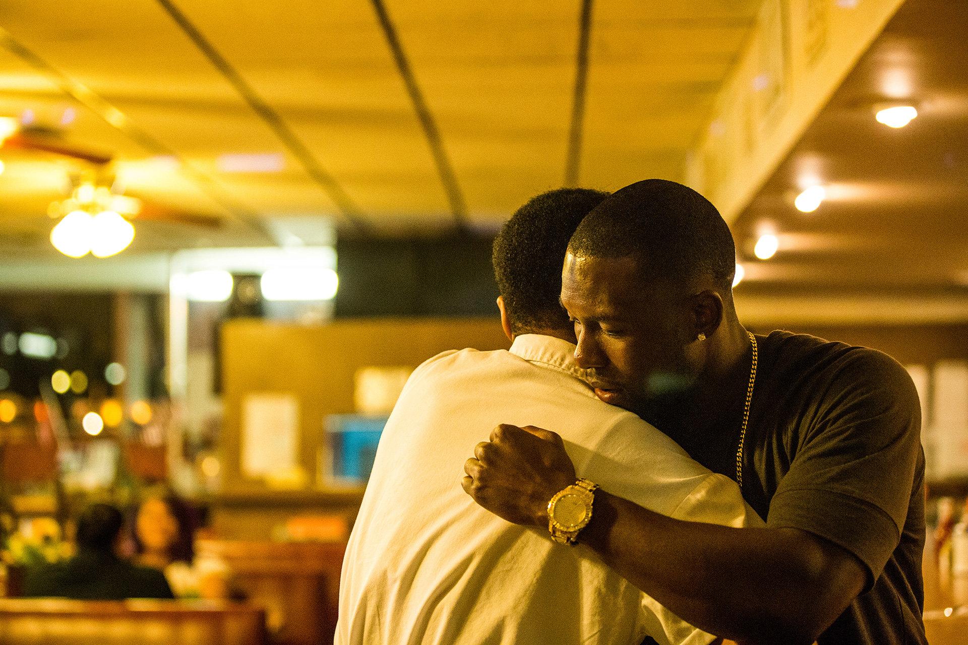 """Szene aus dem Film """"Moonlight"""": Kevin und Chiron treffen sich als Erwachsene in einem Diner (Bild: A24 / DCM)"""
