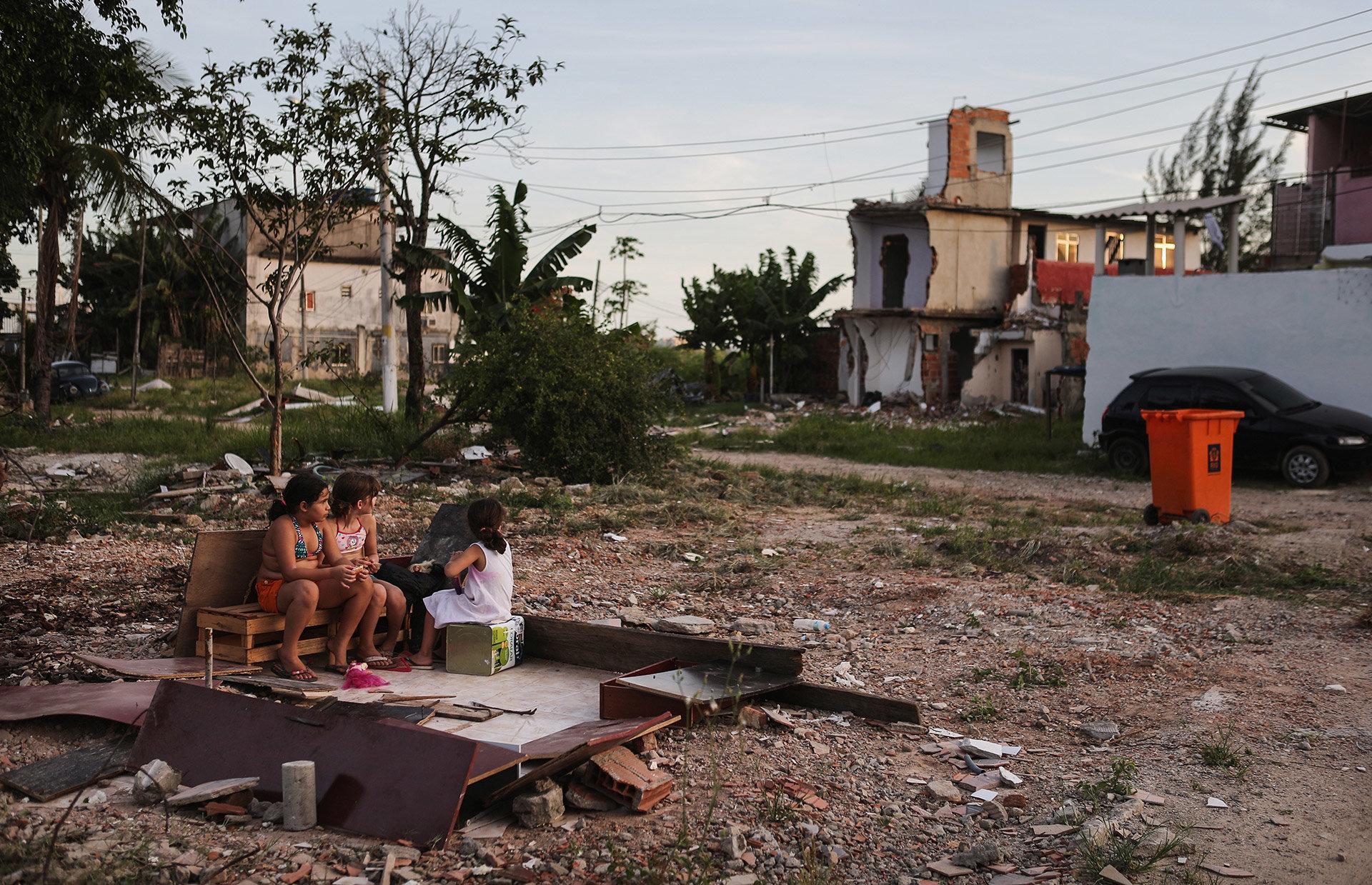 Kinder spielen in einer Favela in Rio de Janeiro zwischen abgerissenen Häusern –die Favela muss für die Olympischen Spiele weichen  (Foto: Mario Tama/ getty)