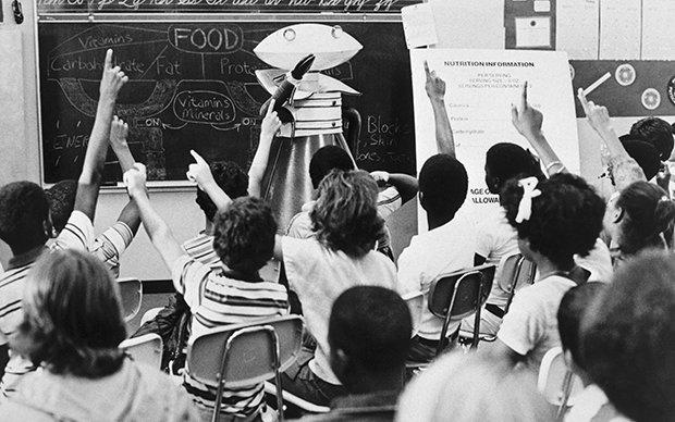 Eine Schulklasse wird von einem Roboter unterrichtet.