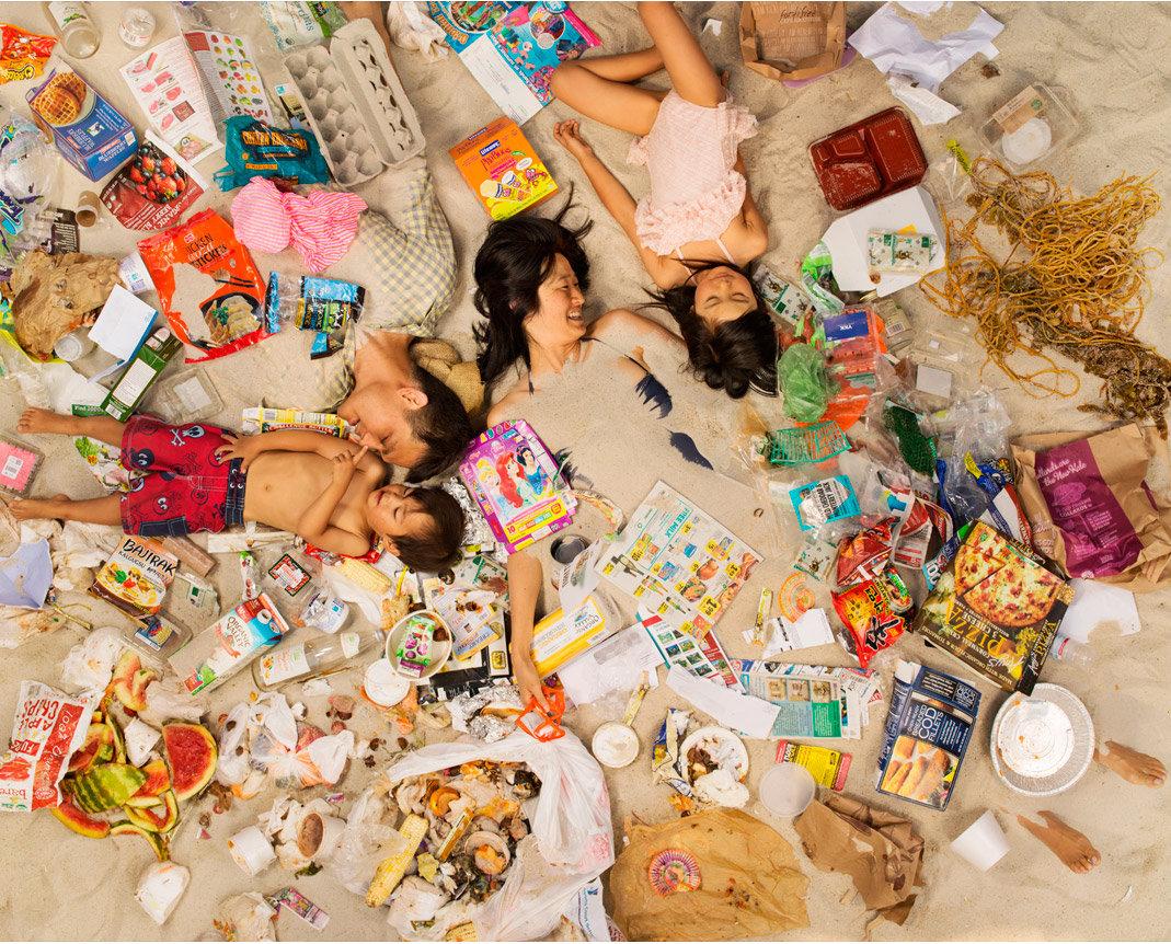 EIne Frau liegt im Müll (Foto: Gregg Segal)