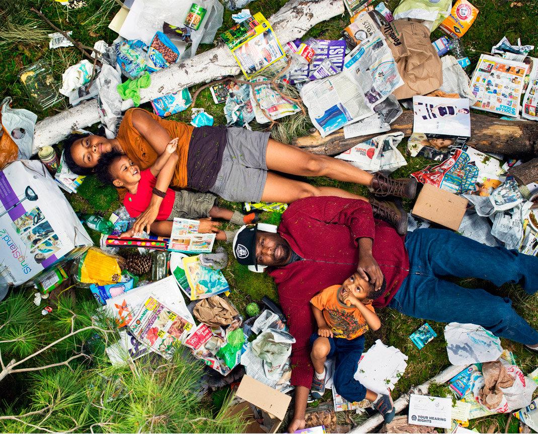 Eine Familie liegt im Müll (Foto: Gregg Segal)