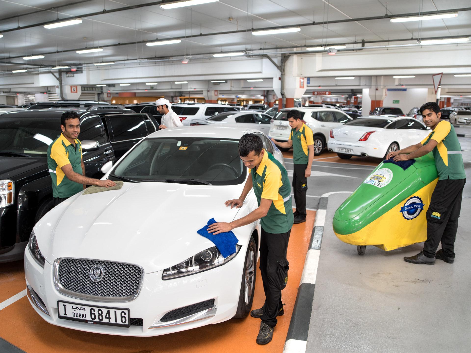 Al Emran, Mohdmehdi, Shanhin und Kobir waschen Autos in Dubai