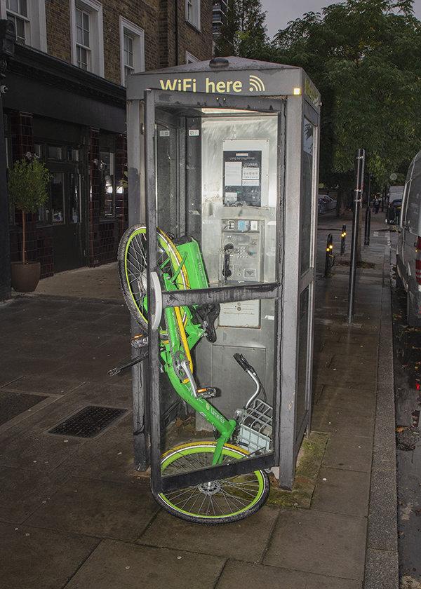 Rad in Telefonzelle
