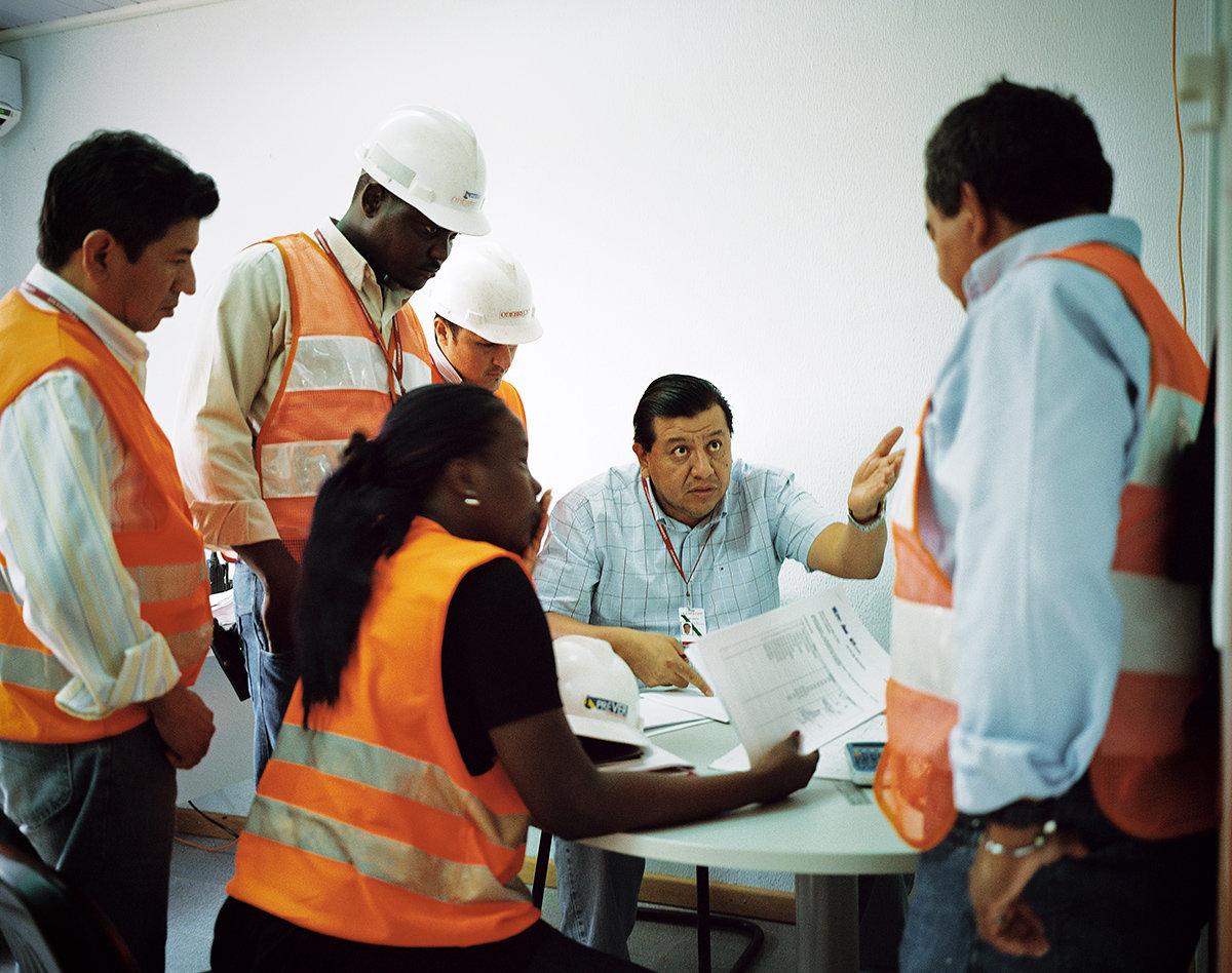 Internationales Arbeiterteam in Angola  (Foto: Joan Bardeletti)