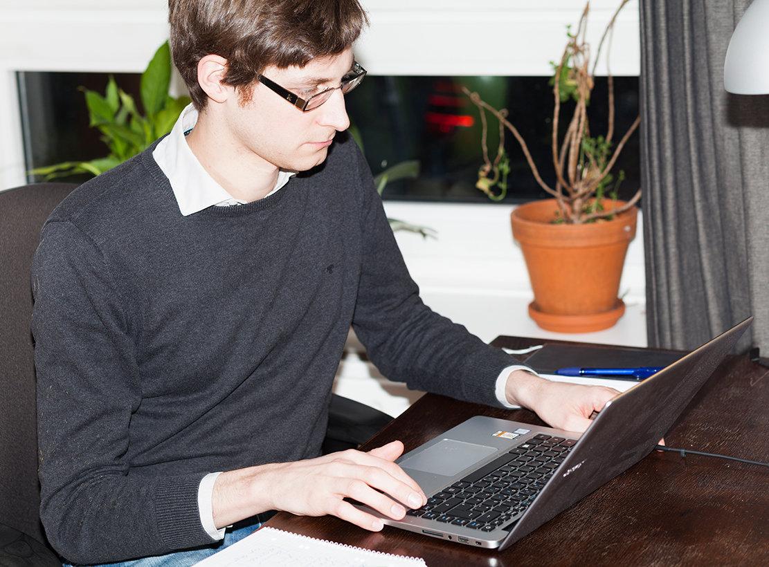 Bernd Kramer beim schreiben (Foto: Michael Kohls)