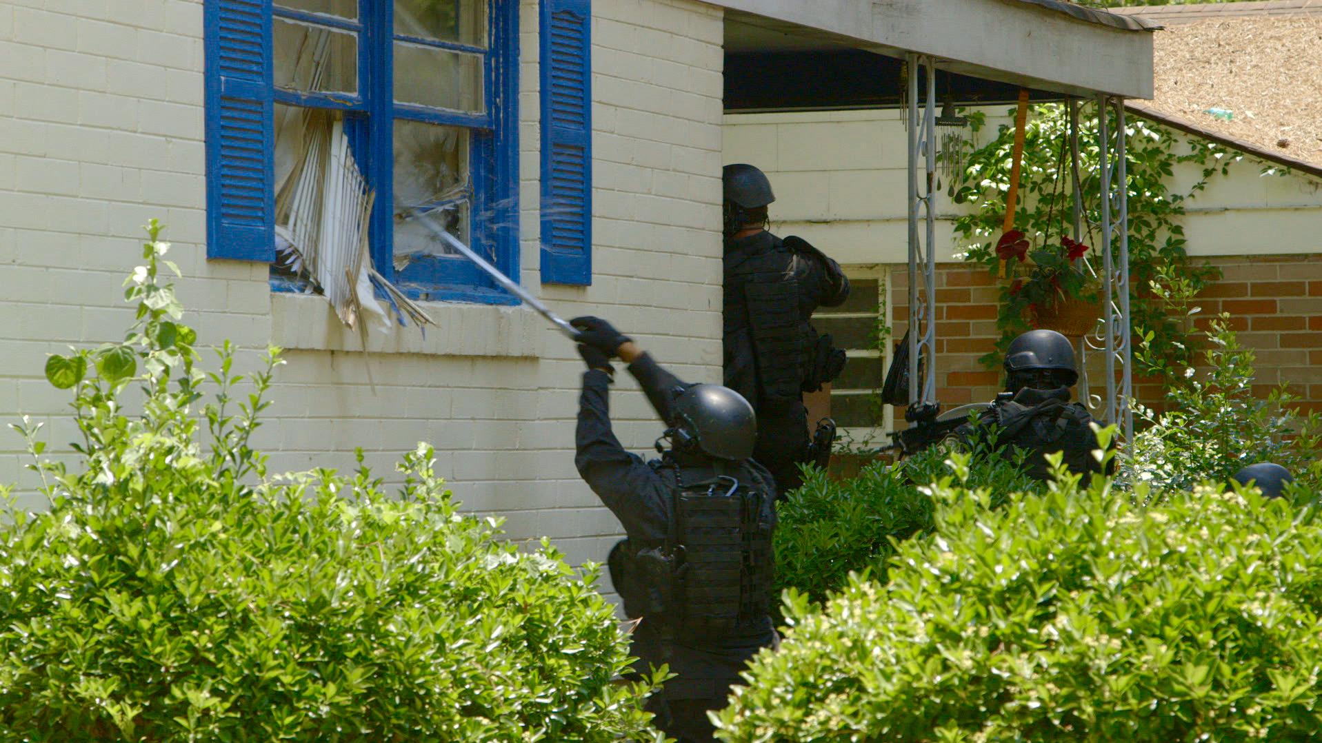 "Szene aus dem Dokumentarfilm ""Do not Resist"": eine Hausdurchsuchung im Richland County in South Carolina  (Foto: VANISH Films)"