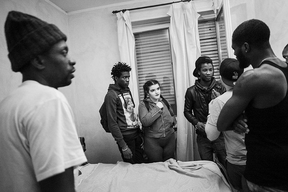 Die Bewohner der Flüchtlingsunterkunft Colibri mit Freunden