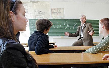 """Der Schulleiter und Lehrer des Unterrichtsfaches """"Glück"""", Ernst Fritz- Schubert, spricht  über das Schulfach """"Glück"""" in der Willy-Hellpach-Schule in Heidelberg (Foto: dpa - Report)"""