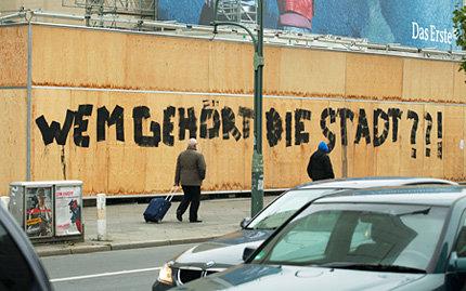''Wem gehört die Stadt??!'', steht am Bauzaun für ein gigantisches Shoppingcenter - das ''Bikini'' - in Berlin, Nähe Kudamm und Bahnhof Zoo (Foto: picture alliance/Wolfram Steinberg)