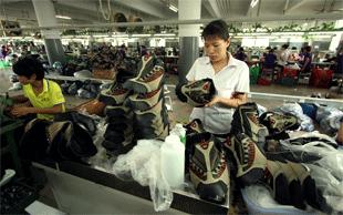 Schlechte Arbeitsbedingungen in einer chinesischen Schuhfabrik | © picture-alliance/Newscom (Foto: picture-alliance/Newscom)