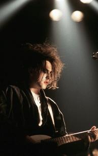 Der charismatische Sänger Robert Smith von der Band ''The Cure'' | © picture-alliance/dpa (Foto: picture-alliance/dpa)