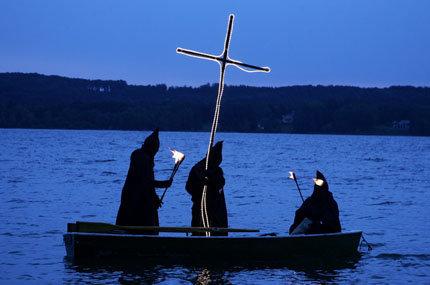 Zurückrudern in die bayrische Unabhängigkeit: die Guglmänner an der Todesstelle König Ludwigs im Starnberger See (Foto: Sebastian Widmann (ddp images))