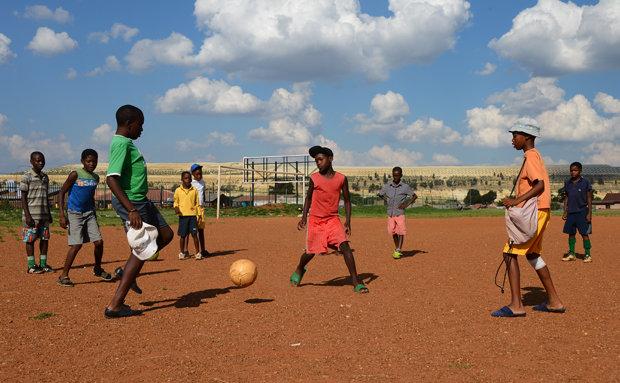 Fußballbegeisterung hat Südafrika längst erfasst. Der versprochene Wirtschaftsaufschwung aufgrund der WM ist bei der Bevölkerung nie angekommen (Fotos: picture alliance)