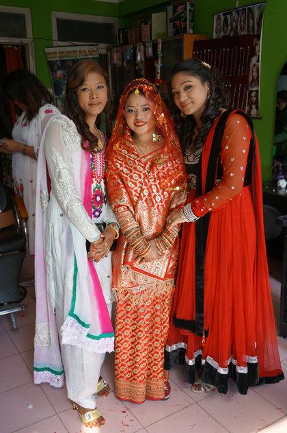 Zwei Stunden im Beautysalon und das strahlend schöne Ergebnis: Braut Maya, die einen Sari in den traditionellen Hochzeitsfarben Rot und Gold trägt (Foto: Simone Utler)