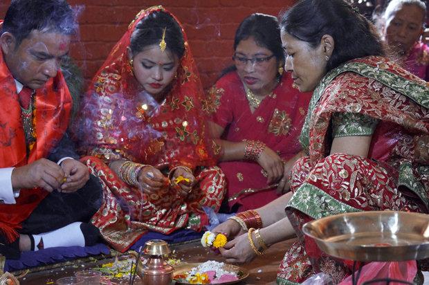 Nach langer Abwesenheit wieder die heimische Tradition aufnehmen: Braut und Bräutigam müssen beten, Rauch schwenken, Wasser verspritzen, Blumen streuen und sich die Hände bemalen lassen (Foto: Simone Utler)