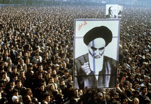 Demonstranten in Teheran fordern die Rückkehr Ayatollah Khomeinis aus dem Exil (Foto: picture alliance)