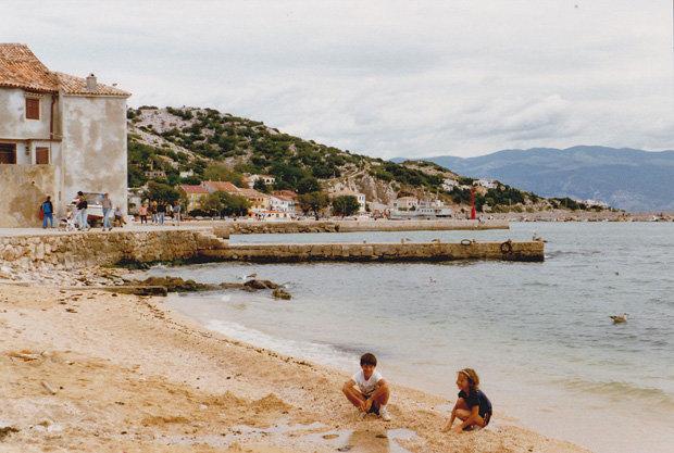 In der Folge blieben die Touristen daheim. 1992 hatten Eva Lindner und ihr Bruder die Adria fast für sich allein (Foto: Eva Lindner)