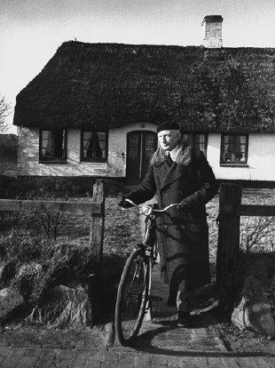 SS-General in Reetdachidylle: Heinz Reinefarth vor seinem Haus auf Sylt (Foto: Bundesarchiv)