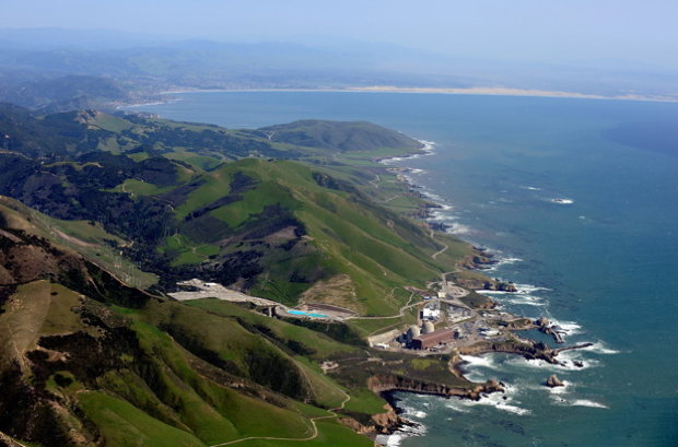 Schmiegt sich malerisch an die raue Pazifikküste: Das Diablo Canyon Power Plant (Foto: picture alliance)