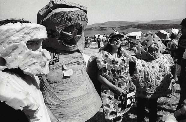 Demonstranten, verkleidet als atomverseuchtes Essen: Schon vor über 25 Jahren wurde gegen das AKW protestiert (Foto: Thom Halls)
