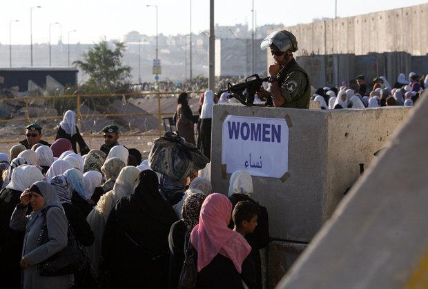 Schlange stehen in Qalandiya: Palästinenserinnen wollen zum Freitagsgebet nach Jerusalem einreisen (Foto: Pavel Wolberg / dpa )