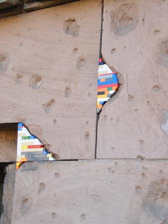Allgegenwärtig: Dank Kunstaktionen dringt Lego auch noch in die letzten Winkel des öffentlichen Raums ein (Foto: Barcroft Media)