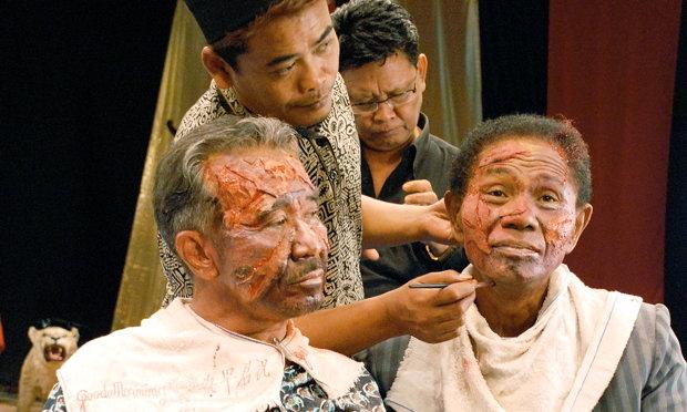 """Neue Zugänge: In """"The Act of Killing"""" arbeitet Regisseur Joshua Oppenheimer die Massaker in Indonesien in den 60er-Jahren auf, indem er sie von den früheren Mördern nachspielen lässt. Das Ergebnis ist aufklärerisch – und verstörend (Foto: picture-alliance)"""
