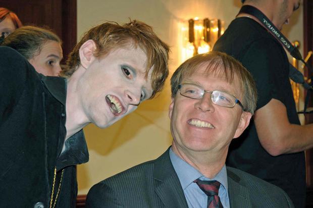 Drehpause: Regisseur und Vampir Thomas Bernecker neben BAfmW-Präsident Edmund F. Dräcker (Foto: Bundesamt für magische Wesen)