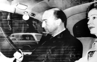 Wegen Christine Keeler (rechts) musste er am Ende seinen Hut nehmen: Heeresminister John Profumo (Foto: picture-alliance/Everett Collection)