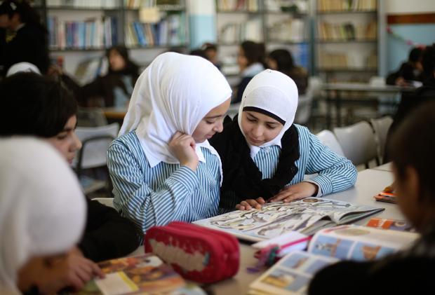 Das Geschichtsbuch wurde von den Bildungsministerien beider Seiten verboten. Einige Lehrer arbeiten jedoch heimlich oder außerhalb des offiziellen Unterrichts damit (Foto: Martin Lengemann)