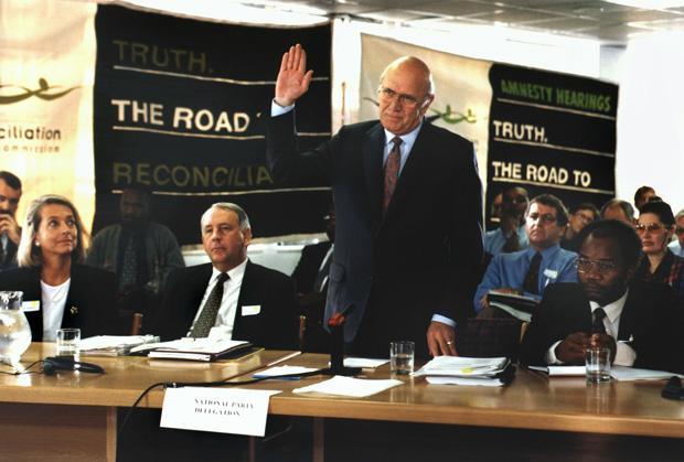 Stunde der Wahrheit: Am 14. Mai 1997 wird der ehemalige südafrikanische Präsident Frederik de Klerk in Kapstadt vor seiner Befragung vereidigt (Foto: picture-alliance / dpa)
