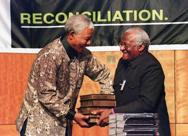 Am 29. Oktober 1998 übergibt der Vorsitzende der Wahrheitskommission Erzbischof Desmond Tutu dem südafrikanischen Präsidenten Nelson Mandela den fünfbändigen Abschlussbericht (Foto: picture-alliance / dpa)