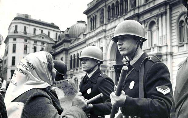 Schon während der argentinischen Militärdiktatur, als massenhaft Regimegegner verschleppt und ermordet wurden, brachte das deren Mütter auf die Barrikaden. Viele von ihnen demonstrieren noch heute regelmäßig, weil das Militär immer noch nichts über den Ve (Foto: HANDOUT/dpa/aa)