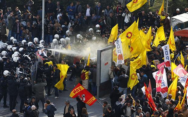 In aller Schärfe: Im November 2013 ging die Polizei mit Pfefferspray gegen eine Demonstration der türkischen Lehrergewerkschaft auf dem Kizilay-Platz in der Hauptstadt Ankara vor  (Foto: Cem Oksuz/AA/ABACAPRESS.COM/dpa)