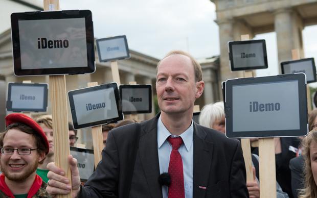Jetzt verletzt er auch noch die religiösen Gefühle von Mac-Usern. Wie weit darf Satire gehen? (Foto: dpa / picture alliance)