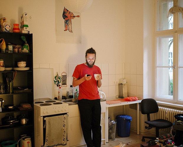 Tinder kann ihn mal gerne haben: Im Kaufhaus der Bekanntschaften ist Arne die Lust schnell vergangen (Foto: Jörg Brüggemann/Ostkreuz)