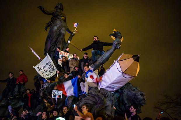 Straßenprotest, oder: Wie man Solidarität bekundet, in der Masse Angst verarbeitet und sich dabei immer auch ein bisschen selbst inszeniert (Foto: Your Photo Today)