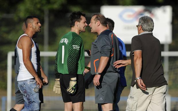 Kein Mon Schiri: Mit den Referees wird wenig liebevoll umgegangen (Foto: dpa / picture-alliance)