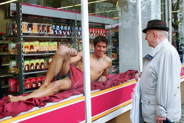 Mann hast Du Falten: Die Kosmetikbranche hat es auf neue Käuferschichten abgesehen (Foto: Caro / Hechtenberg)