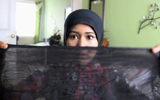 Heraa Hashmi lüftet den Schleier. Aber nur den, der ihrer Meinung nach in den westlichen Ländern über dem Alltagsleben der Muslime liegt (Foto: © hijabdevie/youtube)