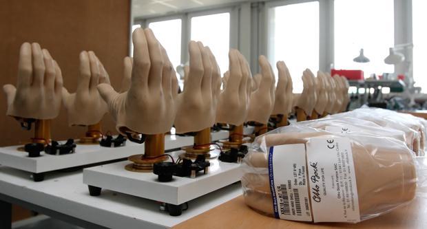 Jetzt zugreifen: Das neueste Ding sind Hände, die mit einem Tastsinn ausgestattet sind (Foto: Corbis)