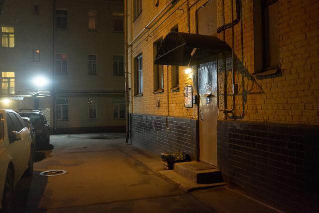 Wladislaw Listjew war auch ein Journalist, der für Meinungsfreiheit eintrat und sich mit den Mächtigen anlegte. Er wurde schon 1995 nahe seines Wohnhauses im Zentrum Moskaus erschossen. Die russische Fotografin Ekatarina Anokhina hat den Tatort dieses und
