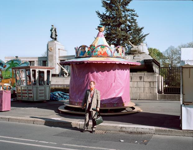 Der Tourist, das Karussell und der Panzer: Ehrenmal in Berlin-Tiergarten (Foto: Dorothea Deiss/Ostkreuz)