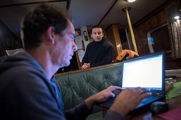Unter Deck geht die Planung der Hilfsaktion weiter (Foto: Ruben Neugebauer)