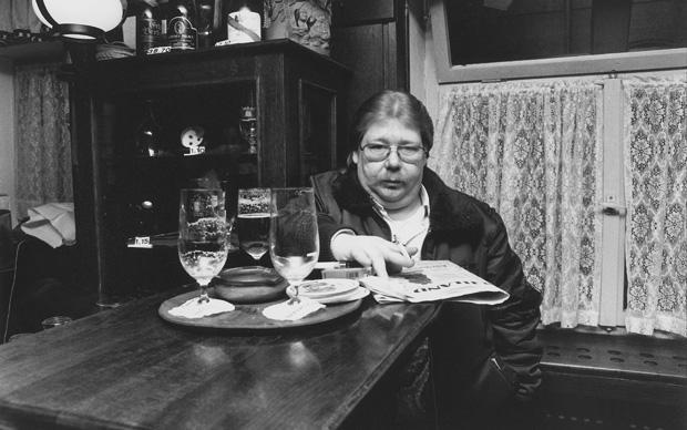 Wer im Gastgewerbe arbeitet, weiß: Wenns ans Zahlen geht, verliert mancher Gast seine Bierruhe (Foto:Maurice Weiss/Ostkreuz)